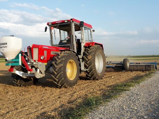 Schlüter Super 1250 VL mit Lehner Streuer und Rabe Walze