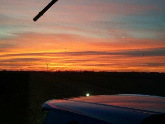 Sonnenuntergang beim ackern.